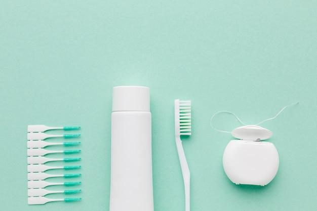 Draufsicht auf die anordnung des zahnpflegesets Kostenlose Fotos