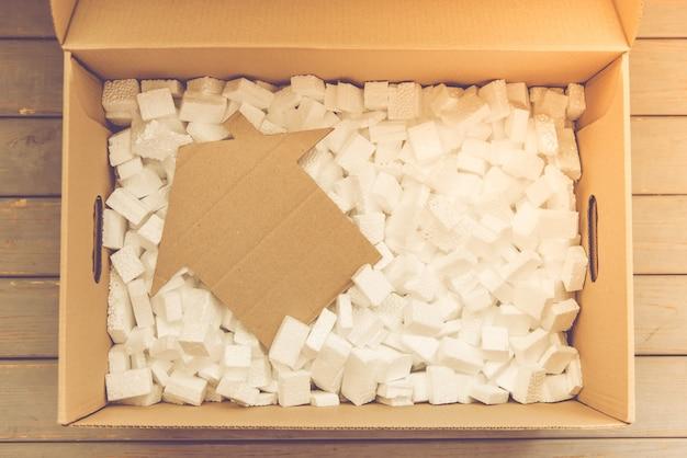 Draufsicht auf die box zum packen ihrer sachen. Premium Fotos