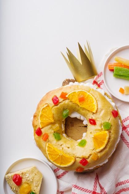 Draufsicht auf dreikönigstagsdesserts mit süßigkeiten und krone Kostenlose Fotos