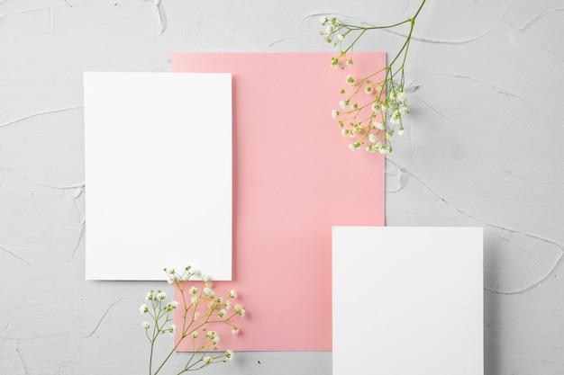 Draufsicht auf einen rosa papierbrief und blumen mit kopienraum Premium Fotos