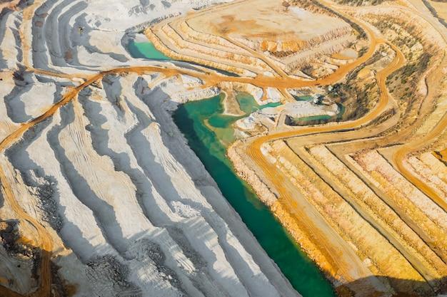 Draufsicht auf einen sandsteinbruch. luftaufnahme eines bergbaus von natürlichen ressourcen oder erz. Premium Fotos
