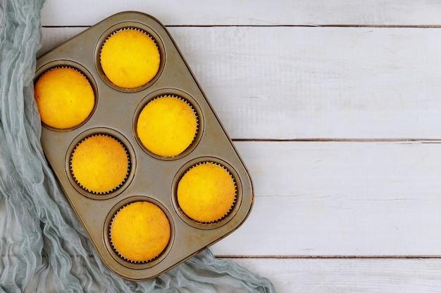 Draufsicht auf einfache hausgemachte cupcakes im backblech Premium Fotos