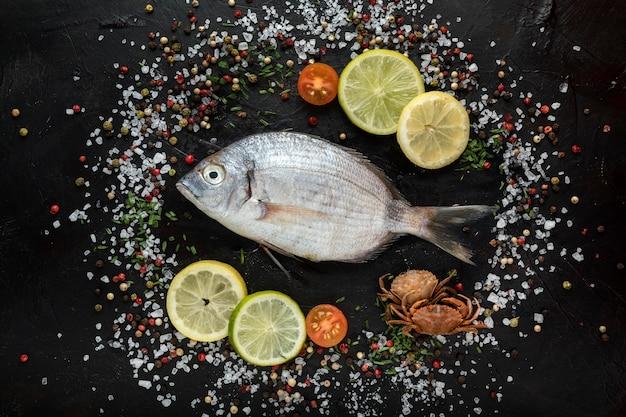 Draufsicht auf fisch mit salz und gewürzen Kostenlose Fotos