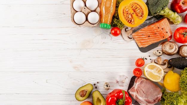 Draufsicht auf fleisch mit gemüse und kopierraum Premium Fotos