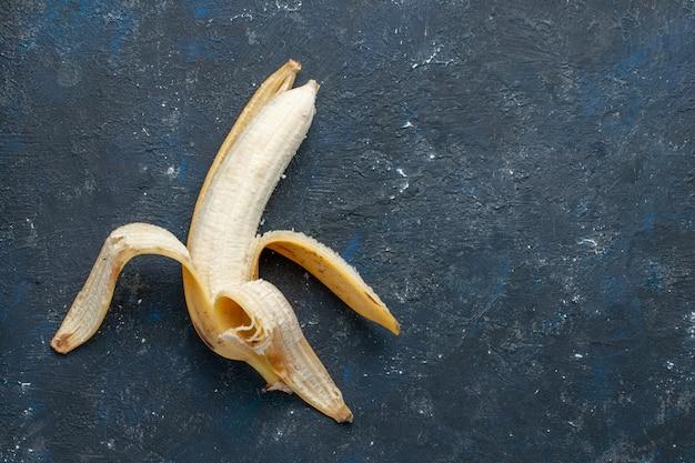 Draufsicht auf frische gelbe banane süß und köstlich gereinigt auf dunkelblauem schreibtisch, fruchtbeere süßes vitamin gesundheit Kostenlose Fotos
