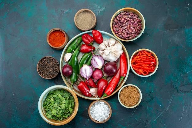 Draufsicht auf frisches gemüse zwiebeln knoblauch paprika mit gemüse und bohnen auf dunklem, lebensmittel mahlzeit zutat gemüse Kostenlose Fotos