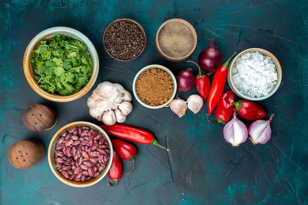 Draufsicht auf frisches gemüse zwiebeln paprika knoblauch knoblauch und gewürze auf dunkelblauem schreibtisch, gemüse essen mahlzeit pfeffer Kostenlose Fotos