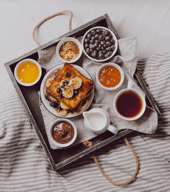 Draufsicht auf frühstückstoast mit banane und blaubeeren Kostenlose Fotos