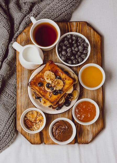 Draufsicht auf frühstückstoast mit blaubeeren und banane Kostenlose Fotos
