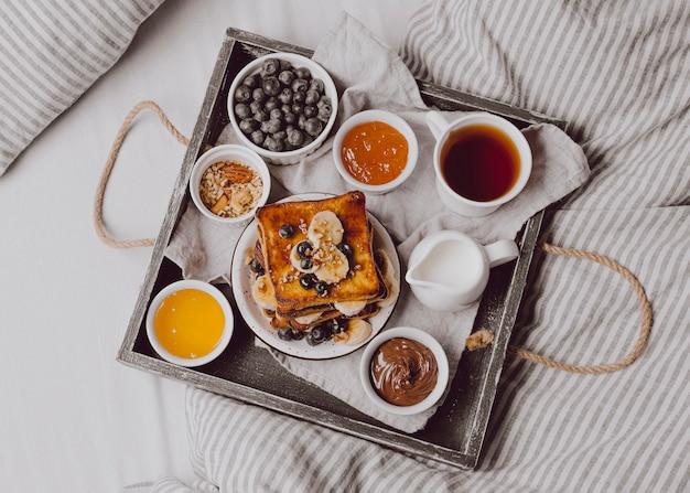 Draufsicht auf frühstückstoast mit früchten Kostenlose Fotos