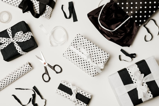 Draufsicht auf geschenkboxen mit designpapier; schere und papiertüte Kostenlose Fotos