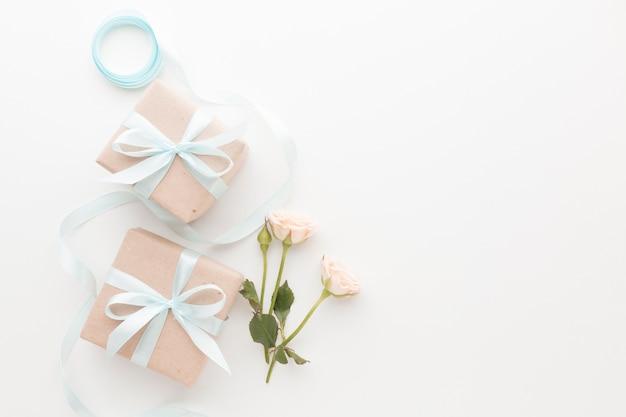 Draufsicht auf geschenke mit band und rosen Premium Fotos