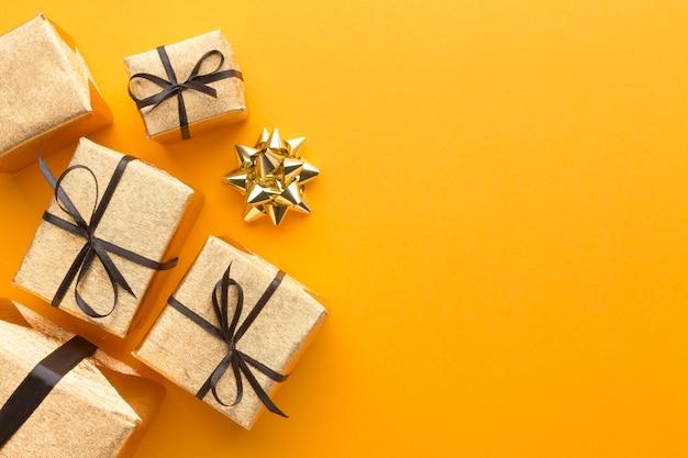 Draufsicht auf geschenke mit bogen- und kopierraum Premium Fotos