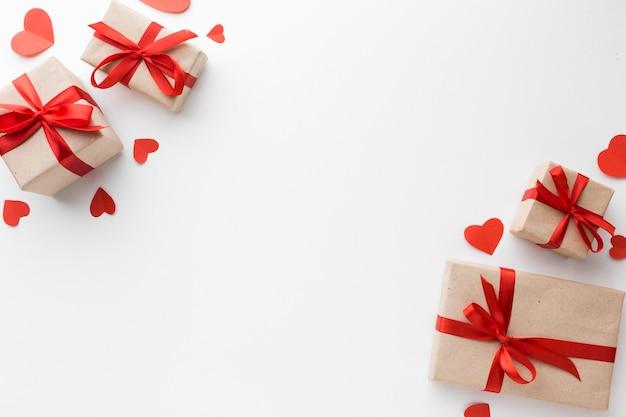 Draufsicht auf geschenke mit herzen und kopierraum Kostenlose Fotos
