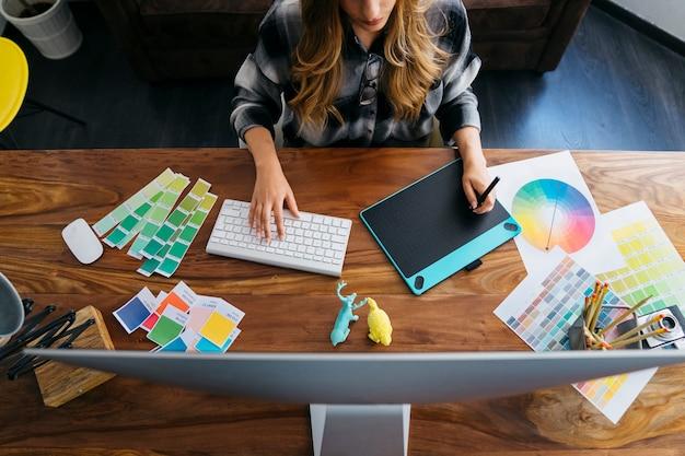 Draufsicht auf grafikdesigner arbeiten Kostenlose Fotos