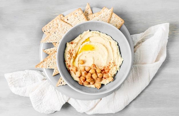 Draufsicht auf hummus mit kichererbsen und nacho-chips Kostenlose Fotos