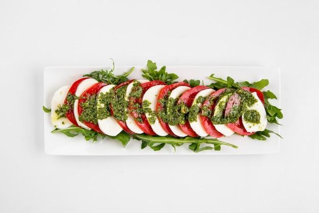 Draufsicht auf isolierten klassischen caprese-salat Premium Fotos