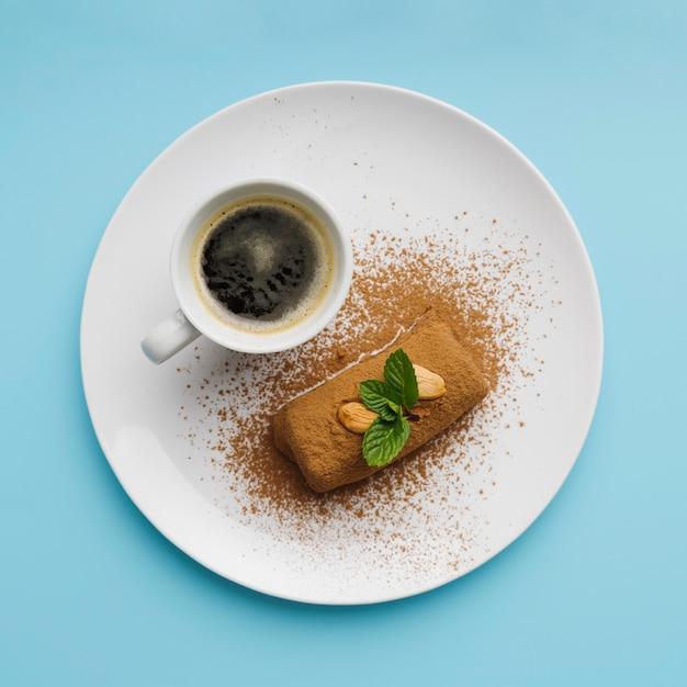 Draufsicht auf kaffee und leckeres essen Kostenlose Fotos
