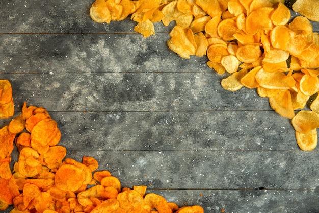 Draufsicht auf kartoffelchips mit kopierraum Kostenlose Fotos