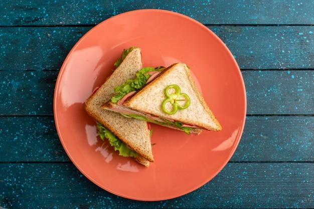 Draufsicht auf köstliche sandwiches mit grünem salatschinken und tomaten Kostenlose Fotos