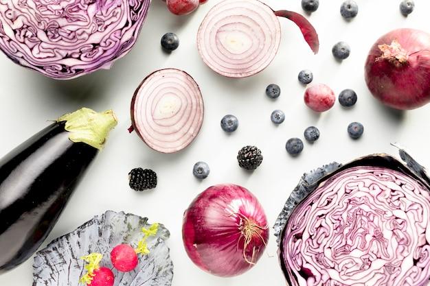 Draufsicht auf kohl mit zwiebeln und auberginen Kostenlose Fotos