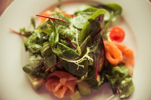 Draufsicht auf leichten salat perfekt zum mittagessen serviert. Premium Fotos