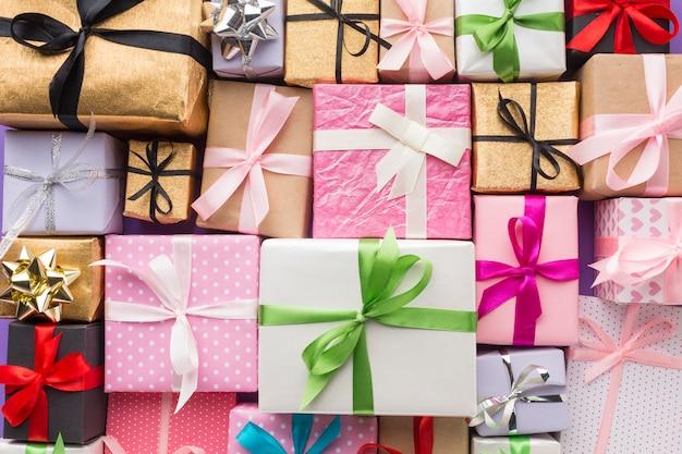 Draufsicht auf mehrfarbige geschenke Premium Fotos