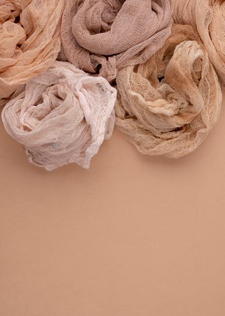 Draufsicht auf monochromatische tücher mit kopierraum Kostenlose Fotos