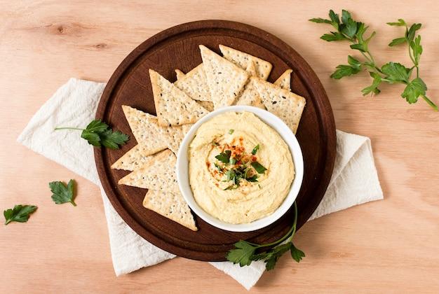 Draufsicht auf nacho-chips mit hummus Kostenlose Fotos