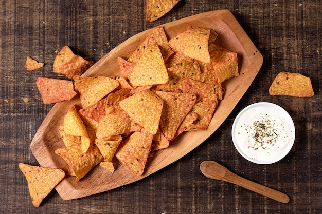 Draufsicht auf nacho-chips mit soße Kostenlose Fotos