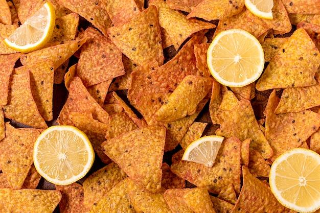 Draufsicht auf nacho-chips mit zitrone Kostenlose Fotos