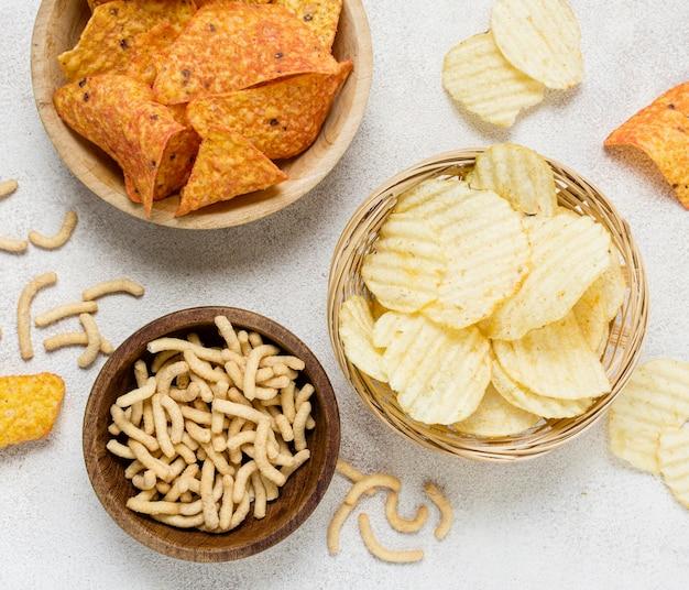 Draufsicht auf nacho-chips und kartoffelchips Kostenlose Fotos