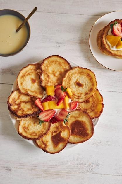 Draufsicht auf pfannkuchen mit früchten in der mitte Kostenlose Fotos