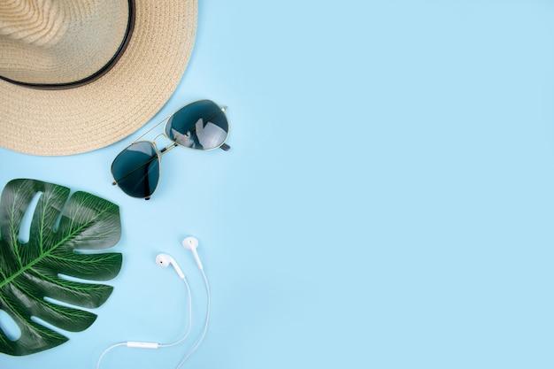 Draufsicht auf reisezubehör mit sonnenbrille, Premium Fotos