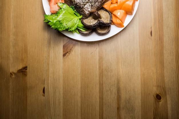 Draufsicht auf rindfleisch mit frischem gemüse Kostenlose Fotos