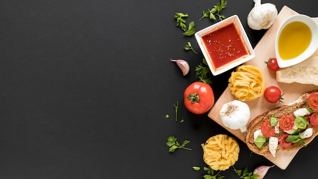 Draufsicht auf rohe tagliatelle-nudeln; sandwich; mit zutaten auf den hintergrund Kostenlose Fotos