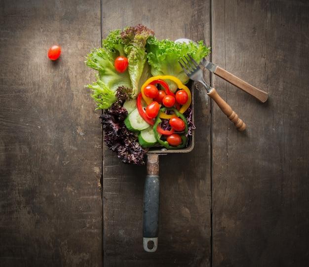 Draufsicht auf Salat mit Kirschtomaten auf Holztisch Kostenlose Fotos