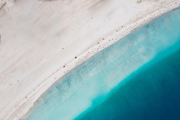 Draufsicht auf sand, der meerwasser trifft Kostenlose Fotos