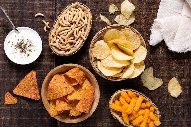 Draufsicht auf sortiment von chips mit soße Kostenlose Fotos