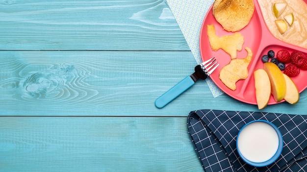 Draufsicht auf sortiment von früchten und babynahrung mit kopienraum Kostenlose Fotos