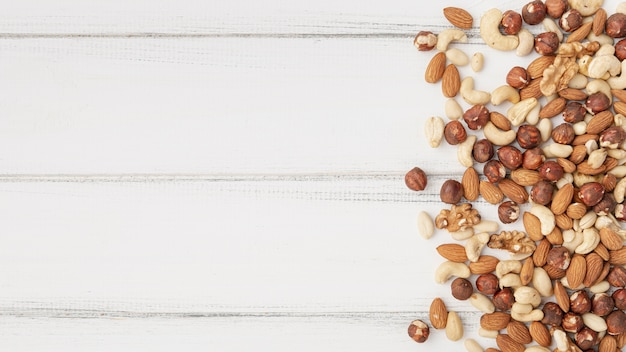 Draufsicht auf sortiment von nüssen mit cashewnüssen Premium Fotos