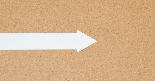 Draufsicht auf weißen pfeil mit nach rechts zeigendem kopierraum Kostenlose Fotos