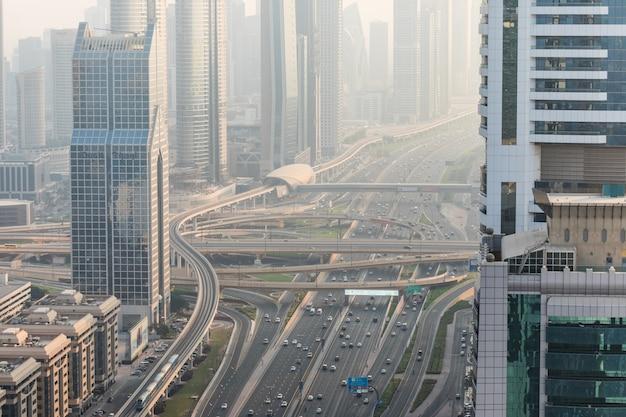 Draufsicht auf zahlreiche autos in einem verkehr in dubai, vereinigte arabische emirate Kostenlose Fotos