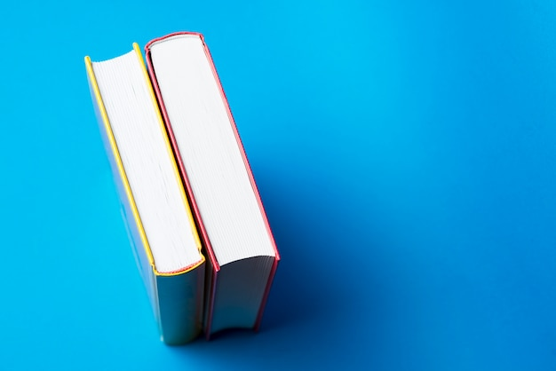 Dekorative Bücher draufsicht auf zwei dekorative bücher mit blauem hintergrund