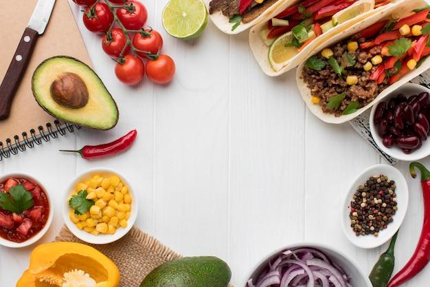 Draufsicht auswahl an frischem mexikanischem essen, das zum servieren bereit ist Kostenlose Fotos