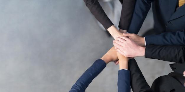 Draufsicht, beschnittene ansicht einer gruppe von geschäftsleuten, die ihre hände zusammenfügen, freunde mit handstapel, die einheit, teamarbeit, erfolg und einheitskonzept zeigen Premium Fotos