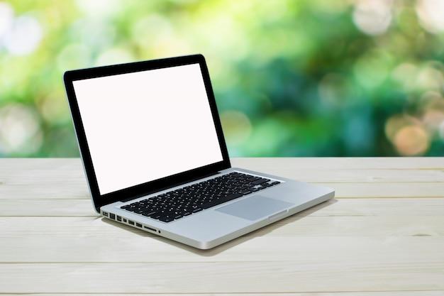 Draufsicht computer nootebook auf hintergrundholz Premium Fotos