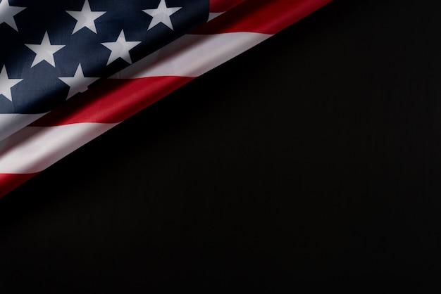Draufsicht der amerikanischen flagge auf dunklem hintergrund Premium Fotos