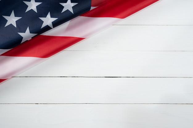 Draufsicht der amerikanischen flagge auf weißem holz Premium Fotos