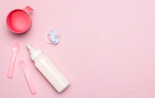 Draufsicht der babyflasche mit schnuller und kopierraum Premium Fotos